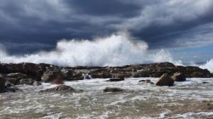 Welle in der Brandung mit Lavafelsen auf Lanzarote