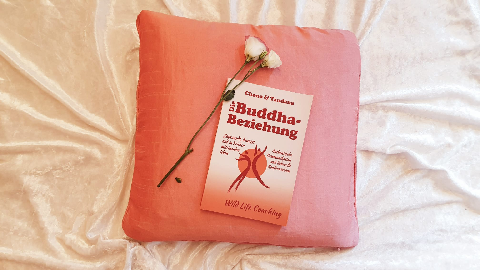 Taschenbuch Buddha-Beziehung auf einem Kissen mit Blumen, Liebe, Kommunikation, Freiheit und Frieden
